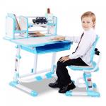 bé trai dùng bàn học chống gù chống cận màu xanh