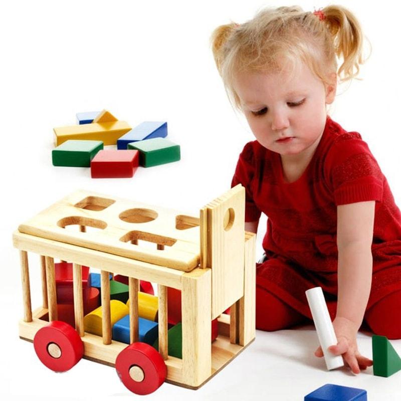 bé đang chơi đồ chơi gỗ