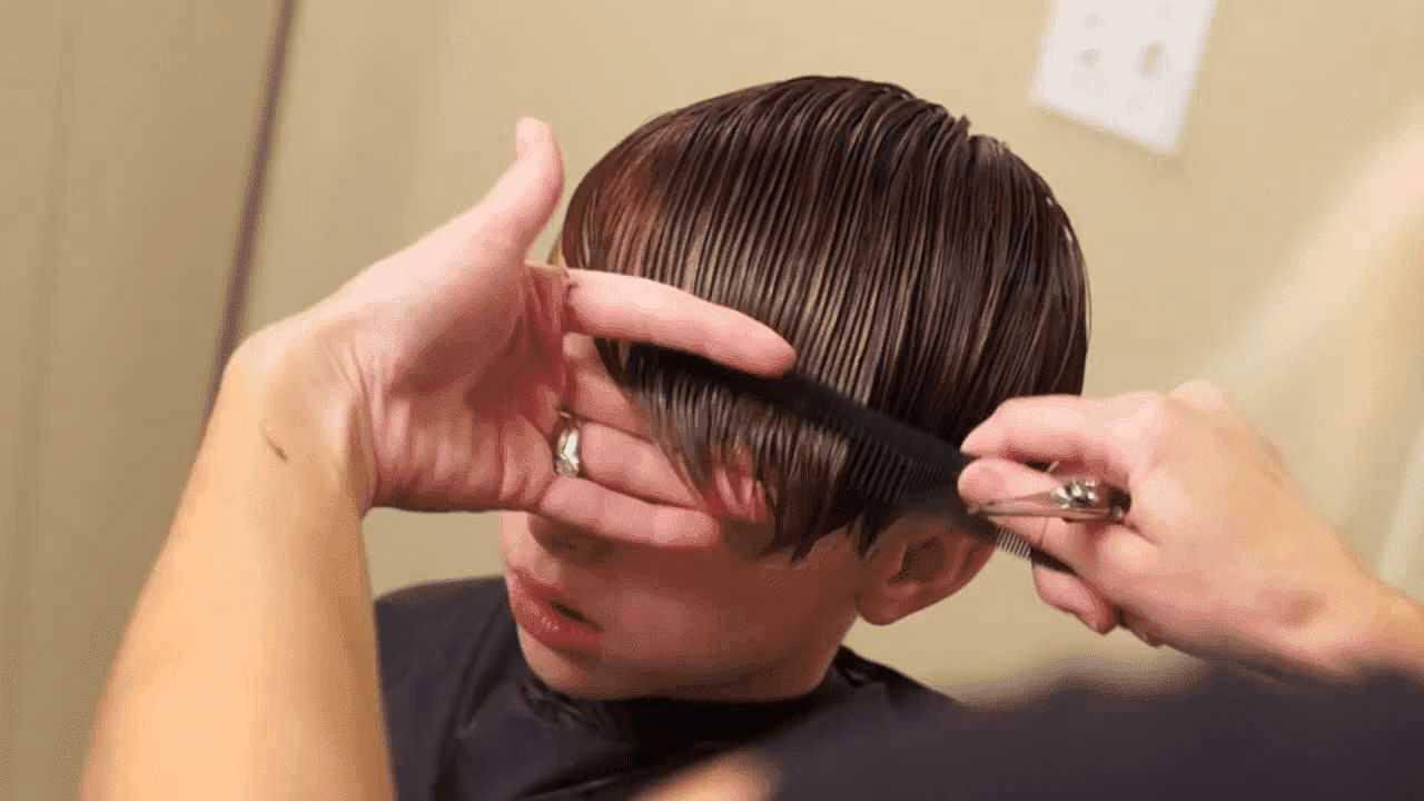 Cắt tóc cho bé bằng kéo